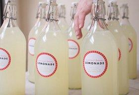 DIY-lemonade-bottle-wedding-favor