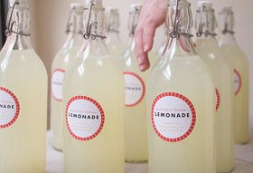 DIY-lemonade-bottle-wedding-favor